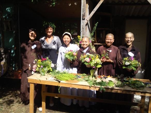 bloemschikken met nonnen in Plumvillage