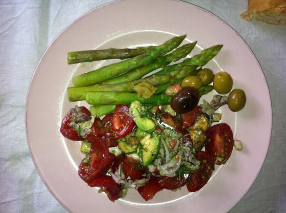 lekker, eten, groene asperges, tomatensalade , geconfijte uitjes, glutenvrij, sojavij, lactosevrij