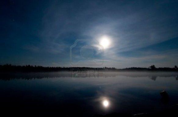 2756619-een-landschap-van-een-meer--39-s-nachts-met-de-maan