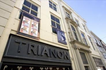 aan gevel Trianon bioscoop Breestraat