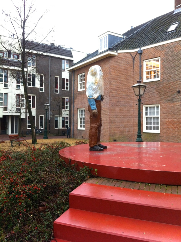 kunstobject Rembarandtplaats,  Stephan Balkenhol, zak over het hoofd van Rembrandt, beeld en vandalen, geslaagde metamorfose van beeld  Stephan Balkenhol van Rembrandt,