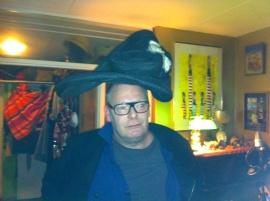 Dikkertje Tromkoor, hoeden passen, gekke bekken, lachen met hoeden, grappen met hoed, man en vrouw met hoed, muts rare hoed, vreemd hoofddeksel
