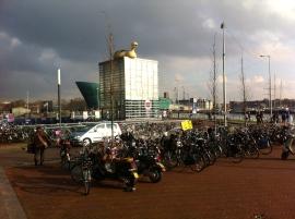 Amsterdam, skyline, gebouwen in dreigend licht