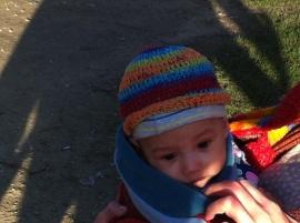 madonna met kind, modere en kind, fleurige moeder met kind, kleurige madonna, baby, kindje, in park, in het groen, kleur, kind, moeder
