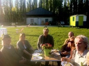 FEESTJE, mensen samen in 'De tuin van de smid'