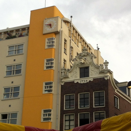 FESTIVAL NIEUWMARKT AMSTERDAM 2014, architectuur van Nieuwmarkt in Amsterdam. Oude gebouwen naast nieuwe gebouwen