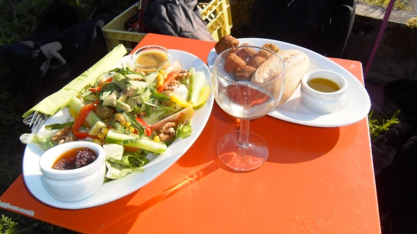 FEESTJE, mensen samen in 'De tuin van de smid', lekker eten