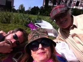 drie vrienden in het gras