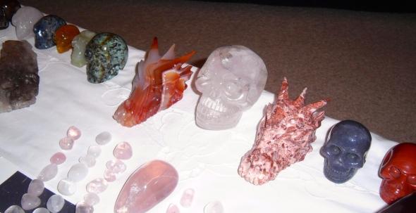 kristallenschedelmeditatie, kristallen schedels, drakenschedels, veld met kristallen, schedeltjes