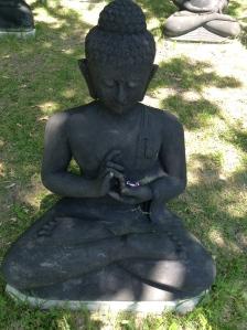 Boeddha.s. boeddhabeelden in Plum Village, mudra's, handhoudingen, mediteren, contemplatie, beelden, boeddha in het bos, onder de bomen, boeddha