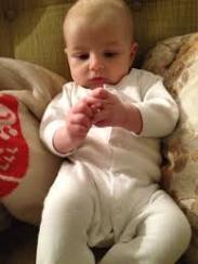 baby, voetjes ontdekken, handjes ontdekken, baby ontdekt eigen lichaam