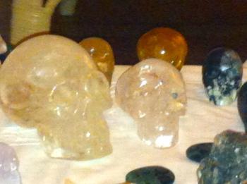KRISTALLEN SCHEDELS, DRAKENSCHEDELS, KRISTAL, RAVENSCHEDELS, veld van kristallen schedeltjes, lemurische zaadkristallen, heksenvingers, e;fenschedels. ETschedels