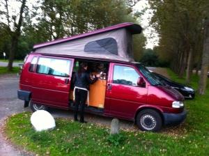 vrouwen met een camper, koken in een camper, kampeerwagen, lachende dames, vrouw met bal
