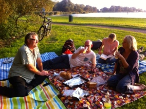 spelevarenspartelvijver, picknick met vrienden, in het gras op kleden, Indian summer, picknick