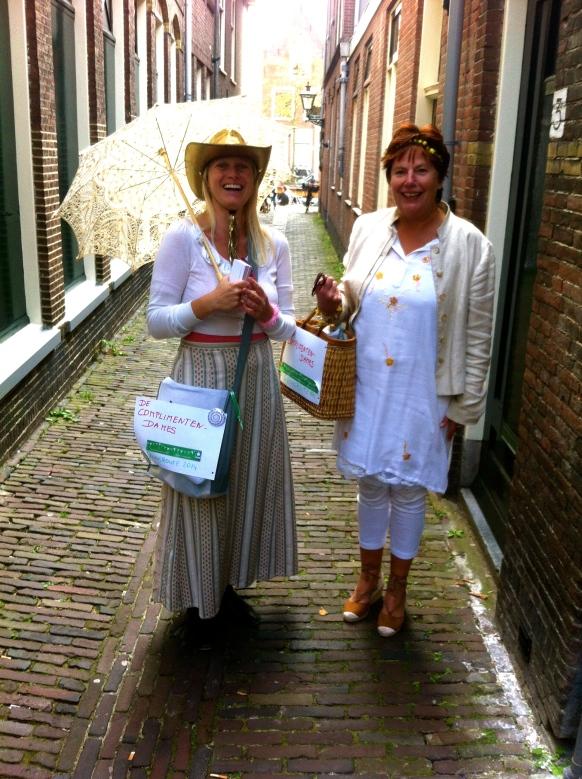 geluksroute Leiden, De Complimenten-dames, mooie vrouwen geven een complimentje, in steegje met parasol