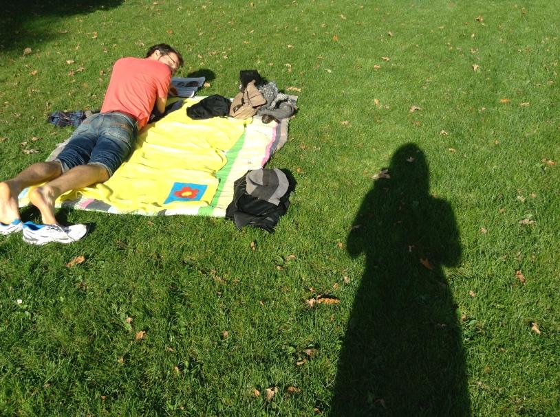 park, het Leidse Hout, uitlaatveld,picknicken, picknickkleed, man, schaduw van vrouw