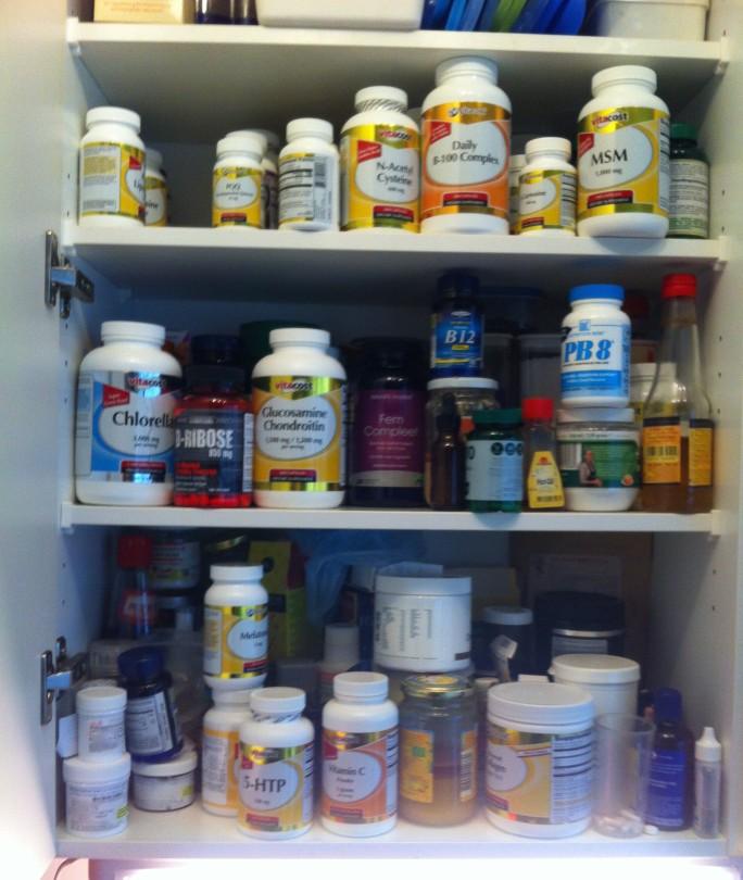 keukenkast vol pillen, medicijnenen, voedingssupplementen, poedertjes, pilletjes, vitaminen en mineralen,