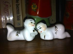 kussend chinees echtpaar, verliefd stelletje, beeldjes, porselein verliefd paar, China