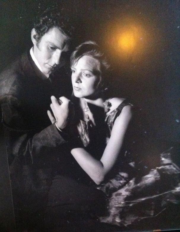 verliefde man en vrouw, statieportret man en vrouw, mooie vrouw me mooie man, liefde, verstrengelde handen, vrouw in antieke jurk