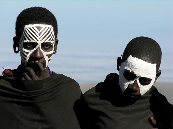 masai-ritueel, mannen met witte gezichten,