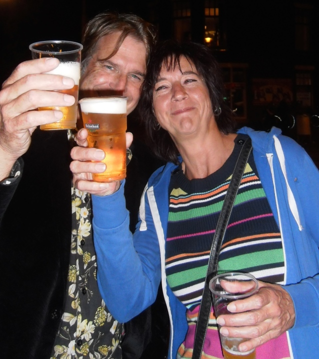 heren met bier, proost, 3 oktober, Leids ontzet, proostende dame