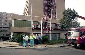 brand in een ziekenhuis, rookwolken boven ziekenhuis, hospital on fire, verplegend personeel doet reddingsactie,