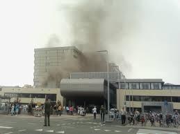 brand in een ziekenhuis, rookwolken boven ziekenhuis, hospital on fire