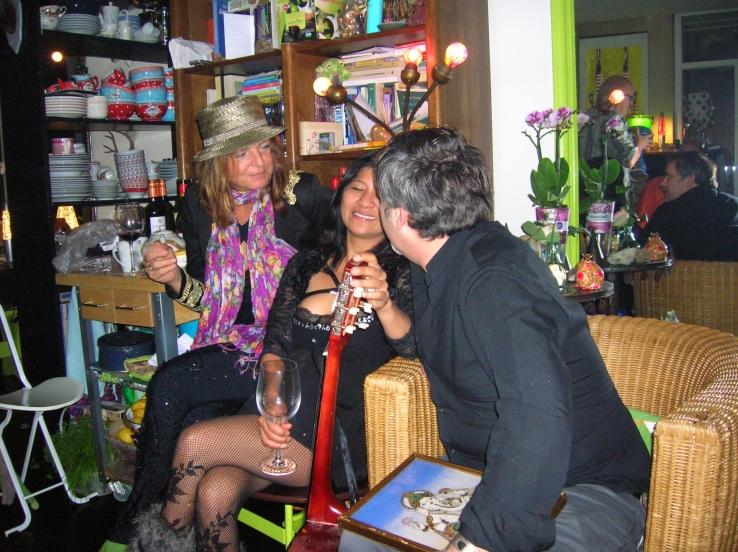 , mannen op feestje,vrouw op feestje, feestje, heksenfeest, verkleedde mensen op feest, party, muziek maken op party, proost, tante, gezellig kletsen op verjaardag