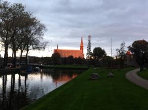 Leiden, herfst, mooie lucht, gloeiende kleuren ligstoelen in park,kerk in zonlicht, oranje licht