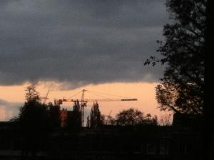 Leiden, herfst, mooie lucht, gloeiende kleuren ligstoelen in park,hijskraan boven de stad