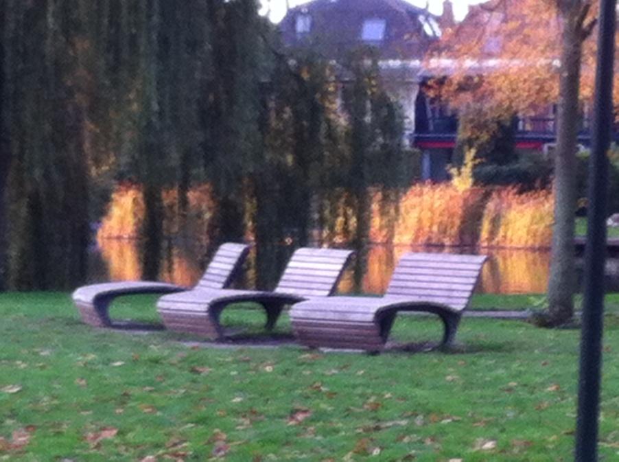 Leiden, herfst, mooie lucht, gloeiende kleuren ligstoelen in park