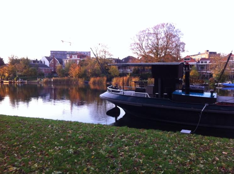 Leiden, herfst, mooie lucht, gloeiende kleuren , boot op de Rijn,
