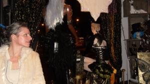 feestje, dbohemienfeest, hippie, kleurrijke mensen op feest, party, muziekanten op feest, prachtige aankleding van ruimte, artistiek feestje, kunstenaars, jongleren, zingen, gitaar, cachot, drum, castagnetten, hoeden, etalagepoppen, leuke mensen