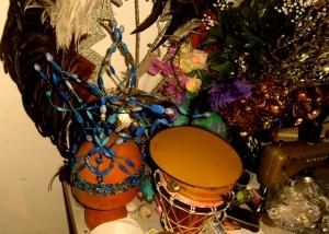 feestje, bohemienfeest, hippie, kleurrijke mensen op feest, party, muziekanten op feest, prachtige aankleding van ruimte, artistiek feestje, kunstenaars, jongleren, zingen, gitaar, cachon, drum, castagnetten, hoeden, etalagepoppen, leuke mensen