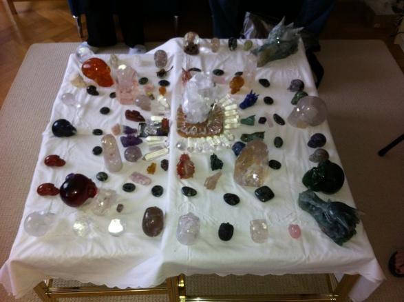 kristallen schedels, meditatie met schedels, draken, stenen, een veld van kristal