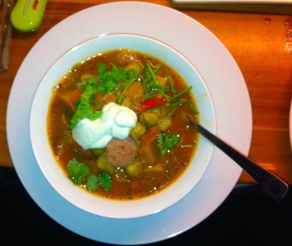 kruidige stoofpot, kruiden, basilicum, bieslook, koriander, groenten, worst