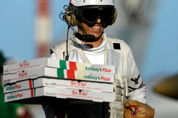 PIZZA, PIZZAKOERIER, bezorgen van izza's, gevaar pizzakoerier, ongelukken met pizzakoerier, brommertje , andre van duin, stuntende pizza koerier, bezorger,