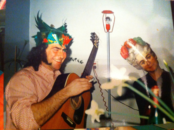drakenman met gitaar, draak, vrouw met  masker