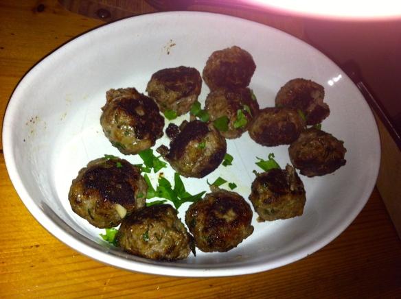 lamsgehaktballetjes, Ottolenghi, met granaatappel, peterselie, pistachenoten, tahinsaus