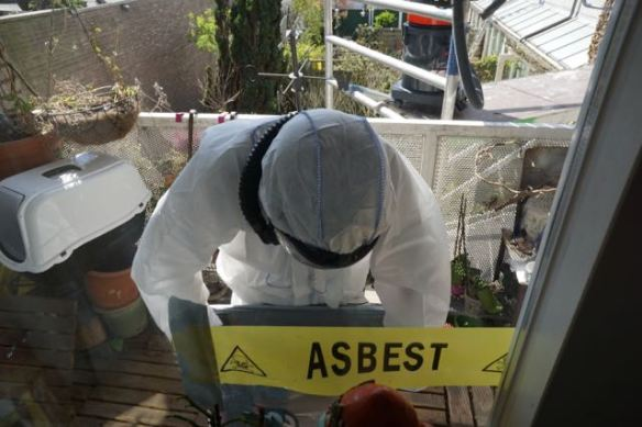 asbestwagen,HEMUBO, milieutechniek, astronaut, verwijderen van asbest, asbest team, man in wit pak,