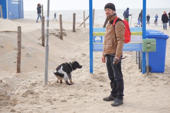 knappe man aan het strand, oprit naar strand, kust, Wassenaarse Slag, hond en man,. balletje gooien,