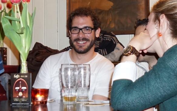 groepje aan tafel in kroeg met smartphones 1