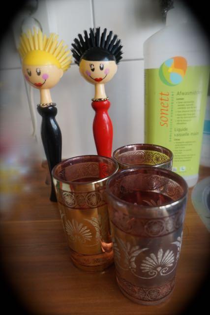 glaasjes en afwasborstel dames