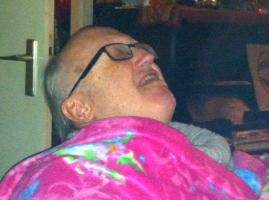 slapende man met roze deken, gebloemd, , kat, kat kijkt naar slapende man