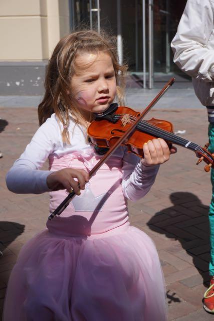 meisje met viool, koningsdag 2015, Leiden