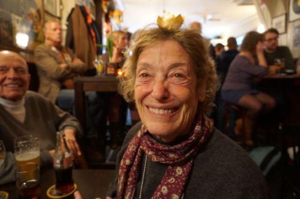 vrouw verkleed als koningin, gezin in kroeg, man, vrouw en kleinzoon, in Café de Twee Spiegels, gezin