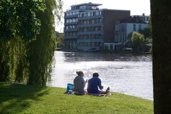 park, zonnetje, water, Nieuwe Rijn, Leiden, picknicken, stelletje