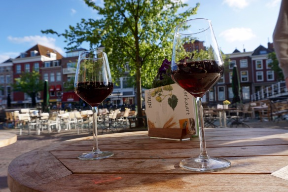 terras, Nieuwe Rijn, Leiden, glazen wijn, zonnetje, geluk