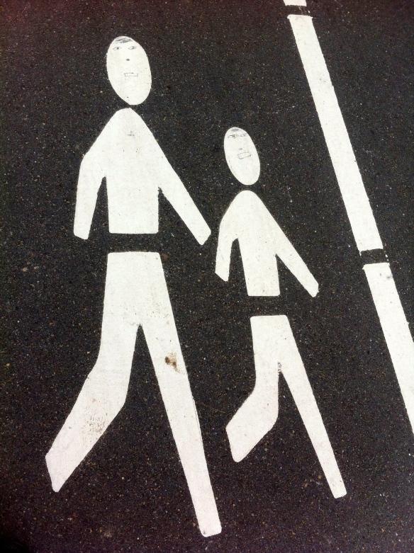 mannetjes  op fietspad, grappige verkeerstekens, gezichtjes op verkeersborden