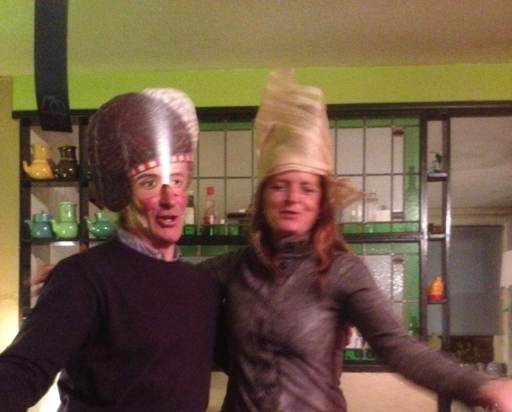 feestende mensen met hoeden en maskers